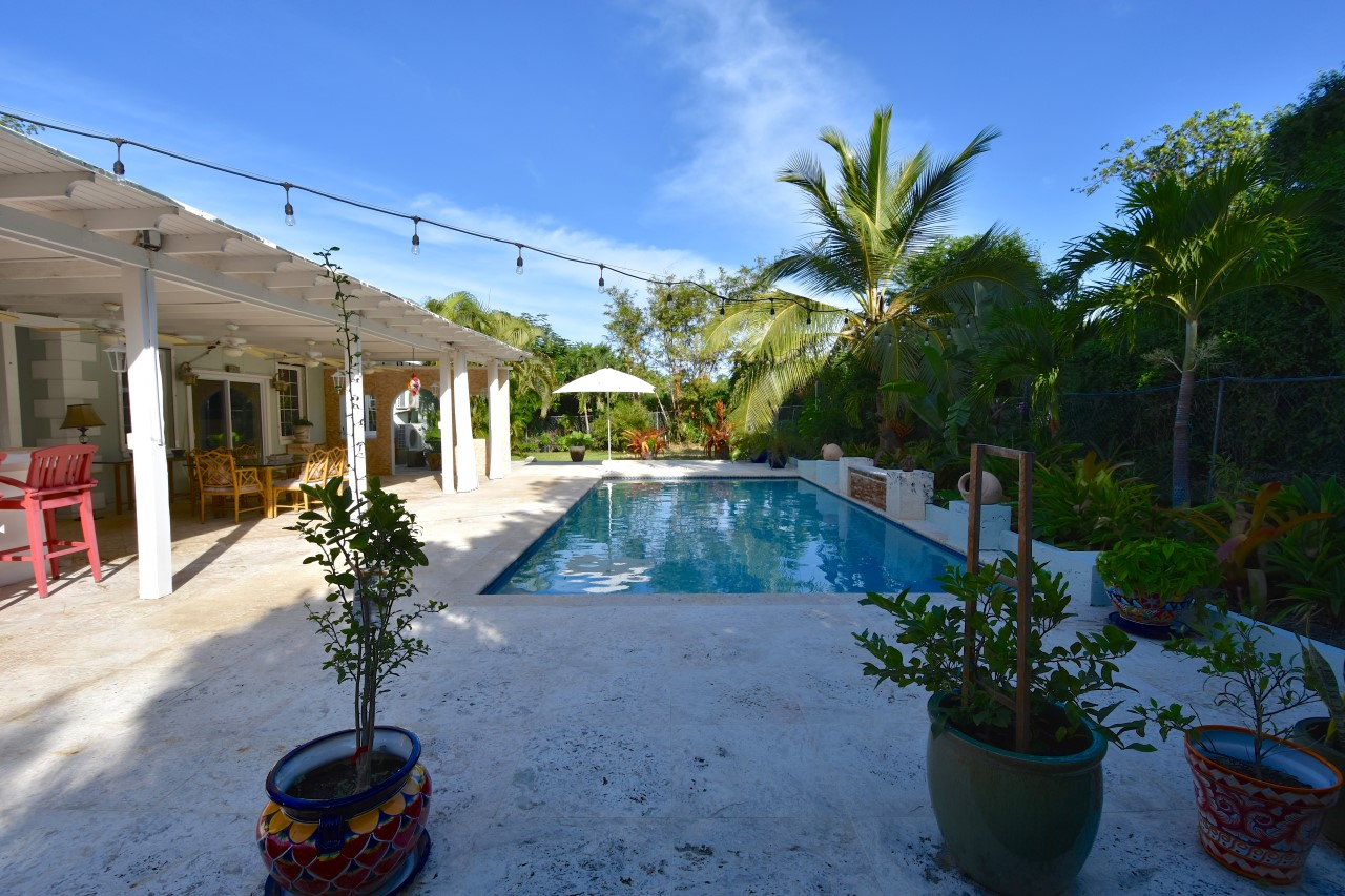 House with a Pool In Nassau For Sale