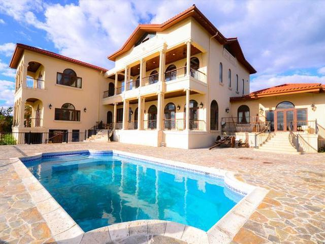 /listing-single-family-home-in-paradise-island-22290.html from Coldwell Banker Bahamas Real Estate